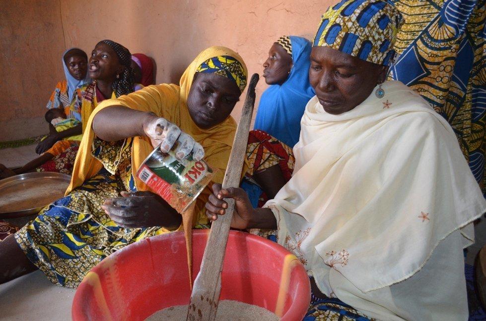 Making bassi inthe village of Tamroro, Niger
