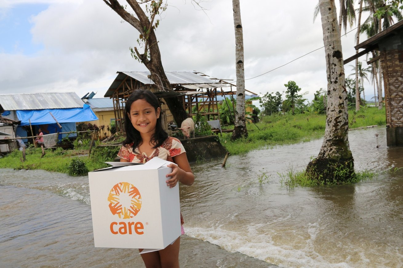 <p> Jeannie Nola, aus San Miguelay, Tacloban, Philippines, with CARE package</p>